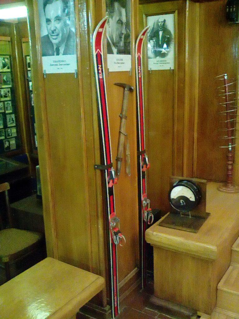 Лыжи и ледоруб Рэма Хохлова музей физики МГУ